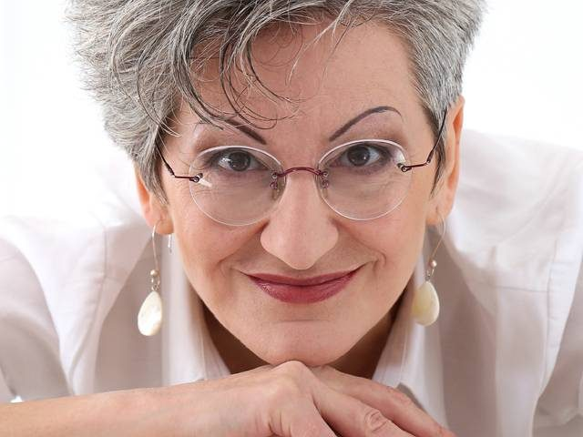older-woman-smiling-with-presbyopia