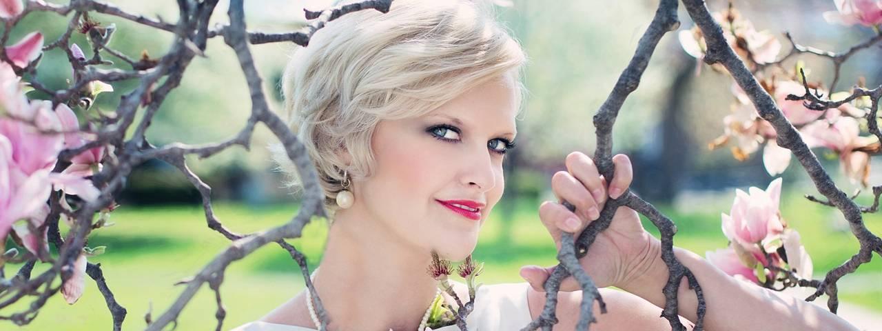 blond_womanpink_flowers_1280x480