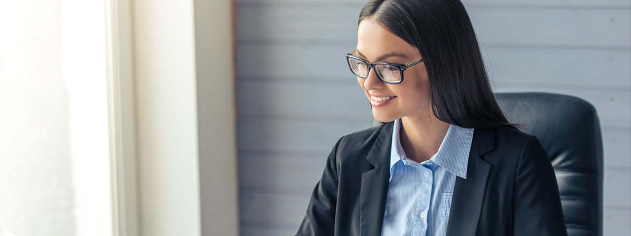 Business-Woman-wearing-glasses-1280x480