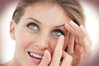contacts putting in woman