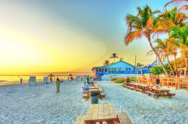 Fort Myers Beach Sunset in HDR by Matthew Straubmuller (Own Work) [Public domain], via Creative Commons – CC BY 2.0.