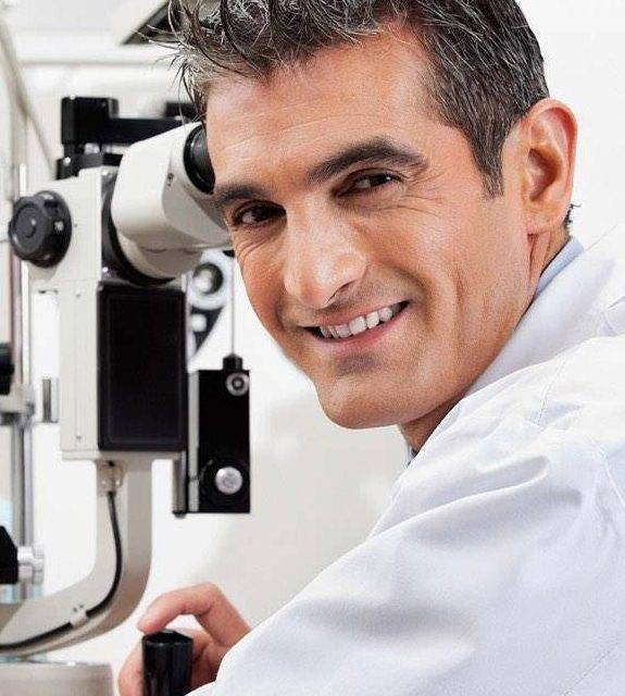 eye doctor giving eye exam in Fort Myers fl