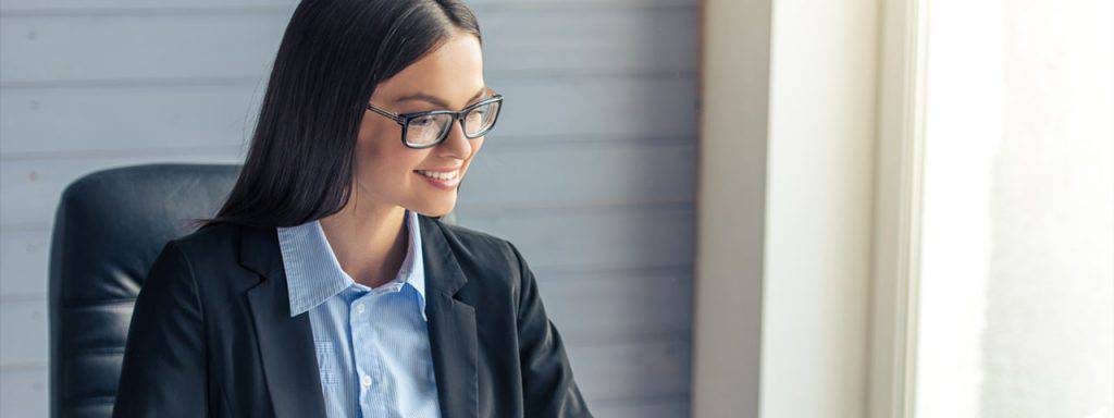 Business-Woman-wearing-glasses-1280x480-1024x384