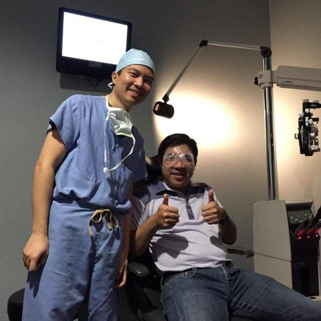 dr richard chu with lasik patient 640x640