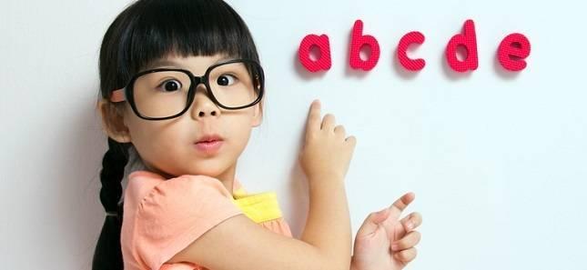 girl_with_alphabet