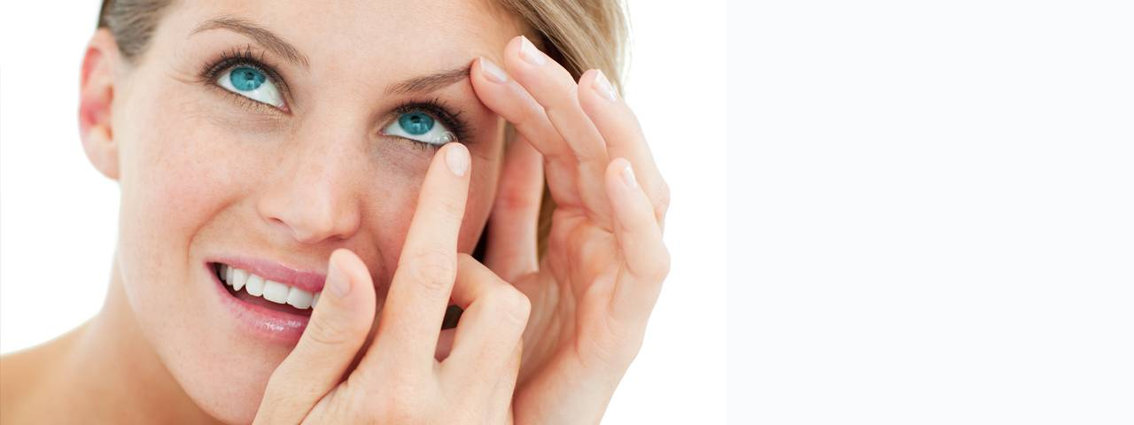 attractive_blond_putting_in_contact_lens1280x480