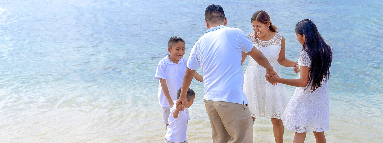Family-Dancing-on-Beach-1280x480