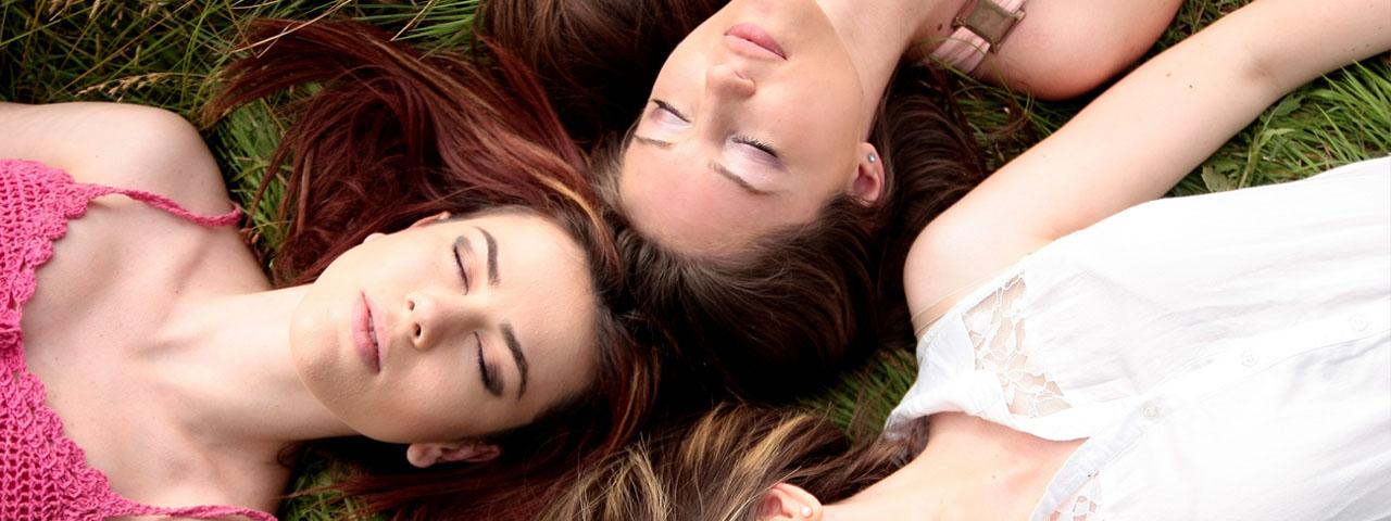 Girls Laying in Grass 1280×480
