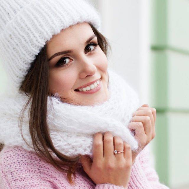 Woman-Smiling-Scarf-Hat-1280x853-640x640