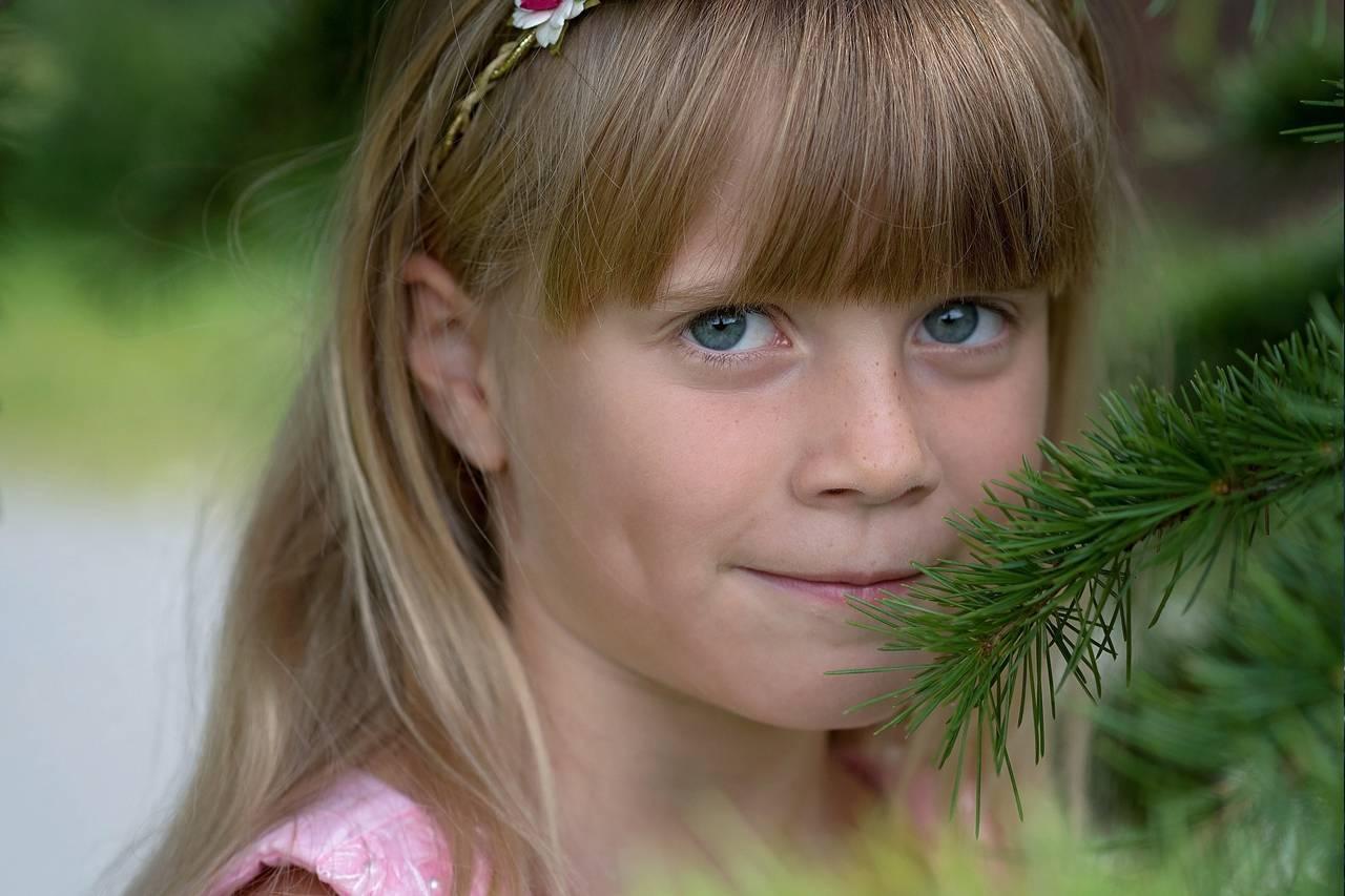 Young-Girl-Smile-Tree-1280x853