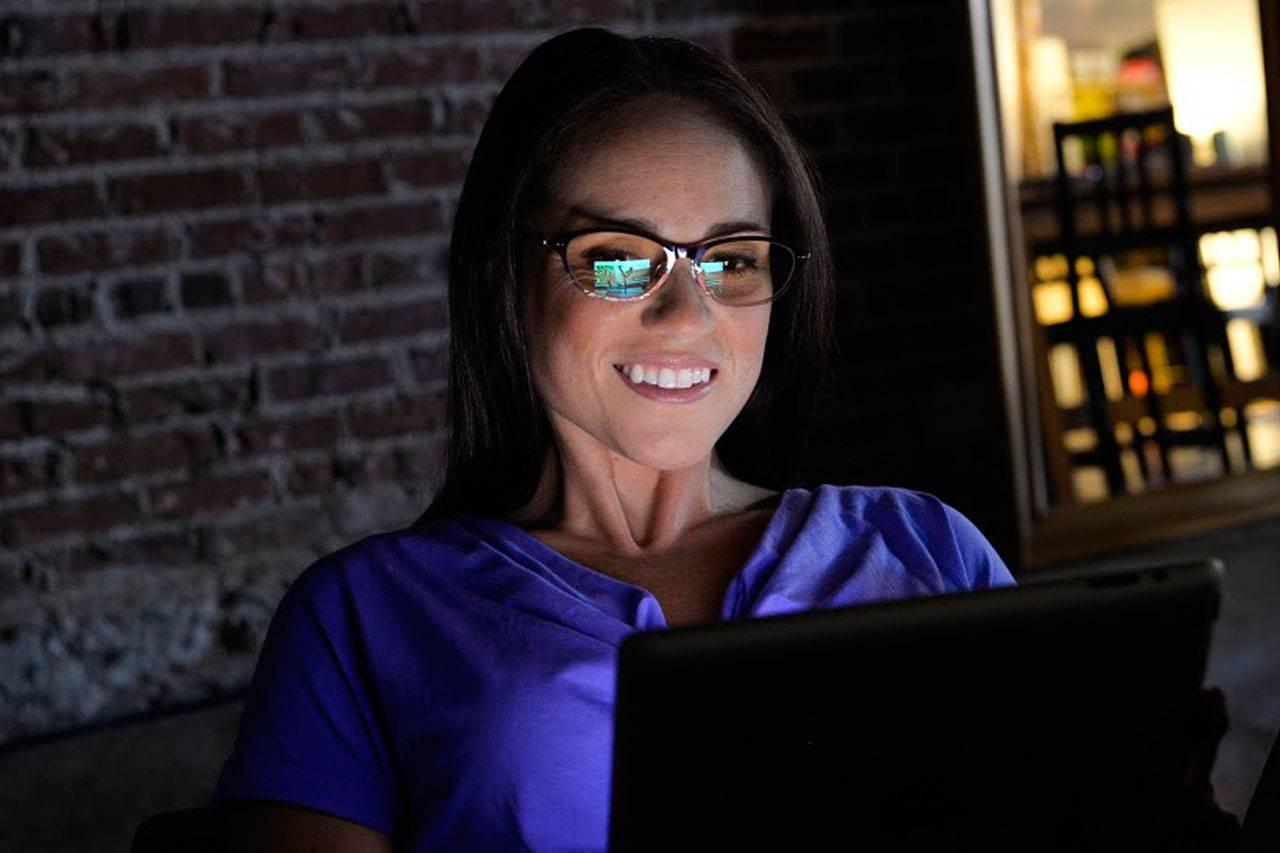 glasses-american-woman-night-computer