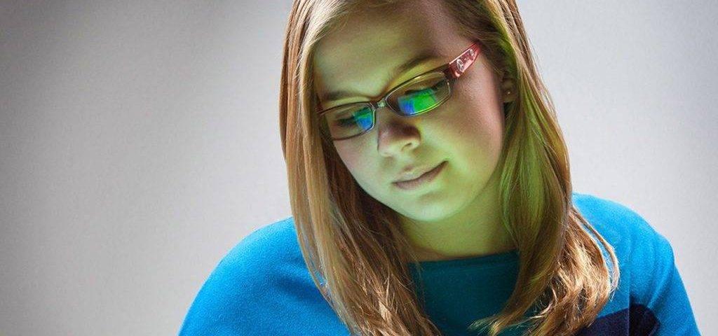 bluetech girl with ipad 1024x682 1024x480