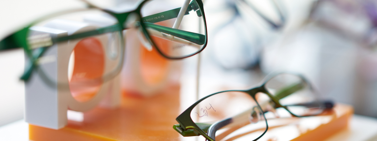 Glasses Display Blurred 1280x480