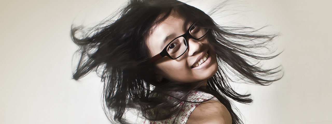 Happy-Girl-Flippig-Hair-Glasses1280x480