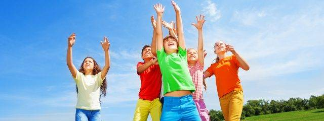 Kids-Playing-Outdoors-Blue-Sky-1280x480-640x240