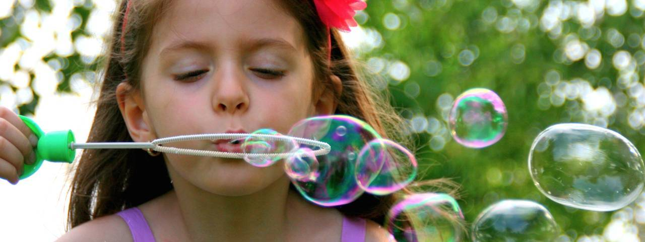 girl_blowing_bubbles_right_1280x480
