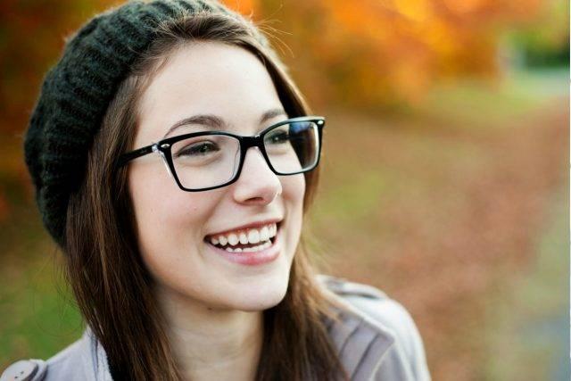 flip glasses caucasian 20s woman autumn 640x427