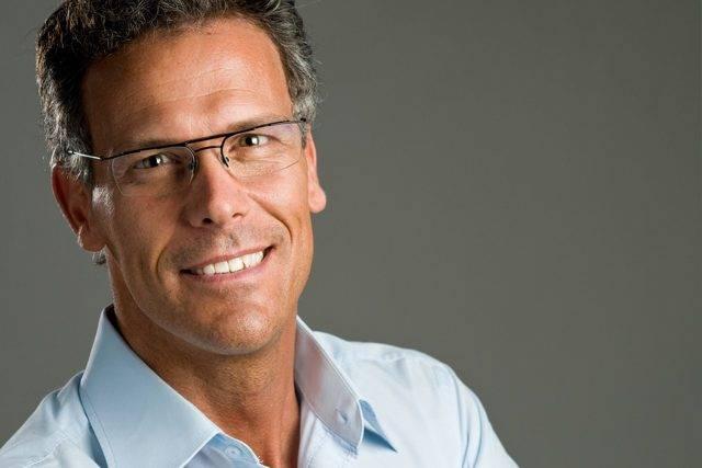 glasses-man-40s-studio-shot-640x427