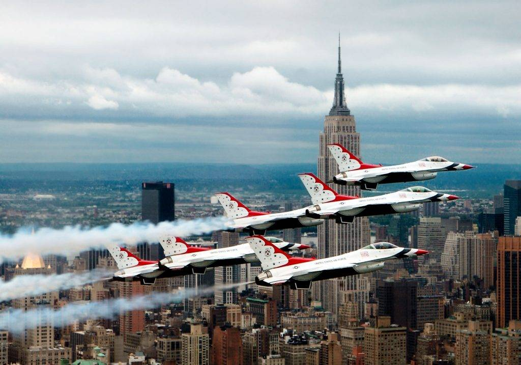 F 16 Fighting Falcons above New York City(2)