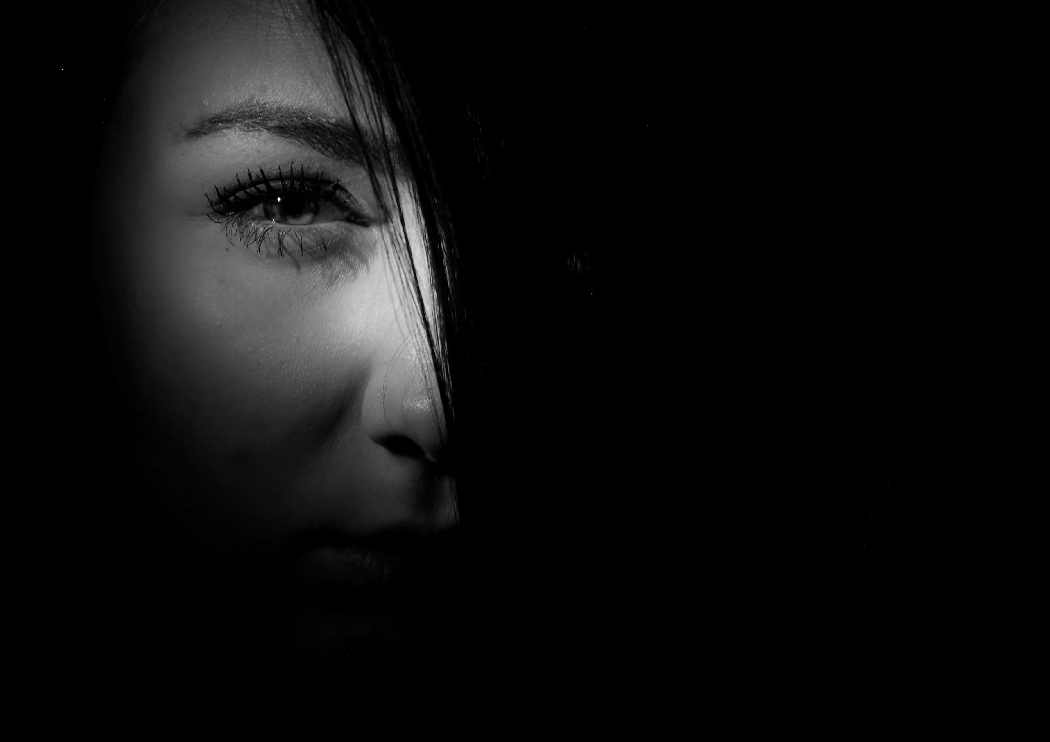 Women with eye emergency
