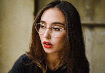woman clear frames red lips 640x427 e1546252513570