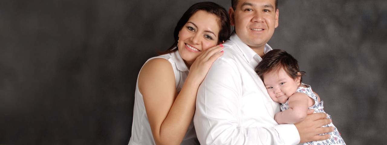 family_white_shirts_grey_1280x480