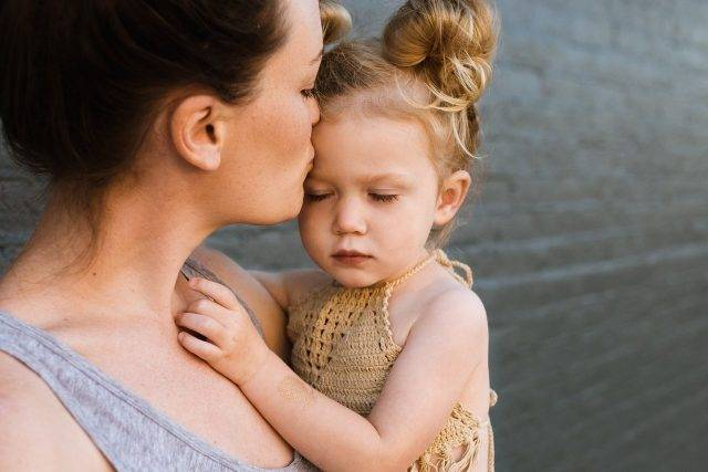 mother_child_kissing_baby_girl_1280x853 1 640x427