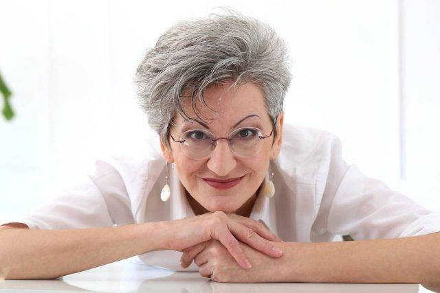 Older Woman Smiling Glasses 1280x853 640x427