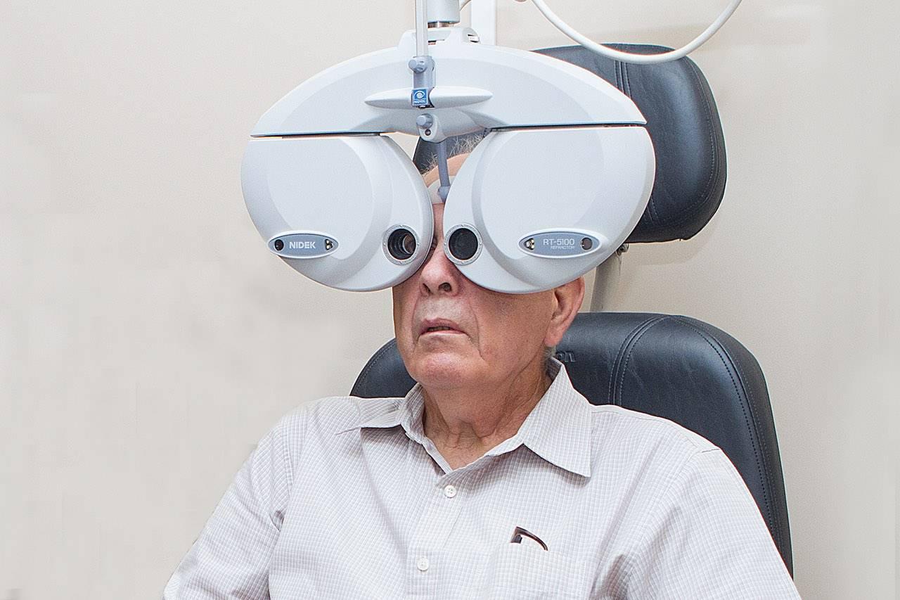 phoropter_elderly_man