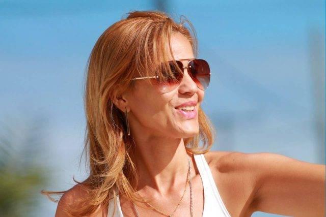 sunglasses woman 40s 640x427