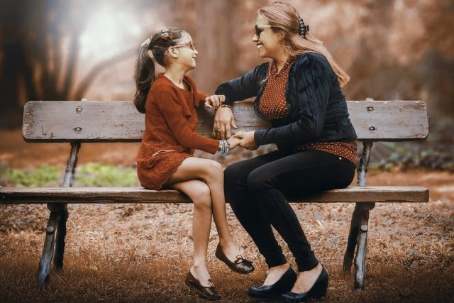 mother daughter bench park_1280x853 640x427