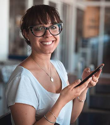 woman-with-mobile-phone-smile