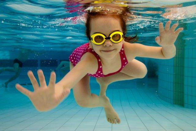 sports-swimming-girl-underwater-goggles-640x427
