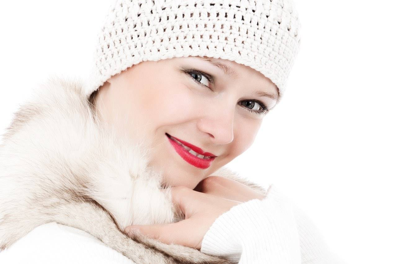 girl-winter-white-hat-red-lipstick