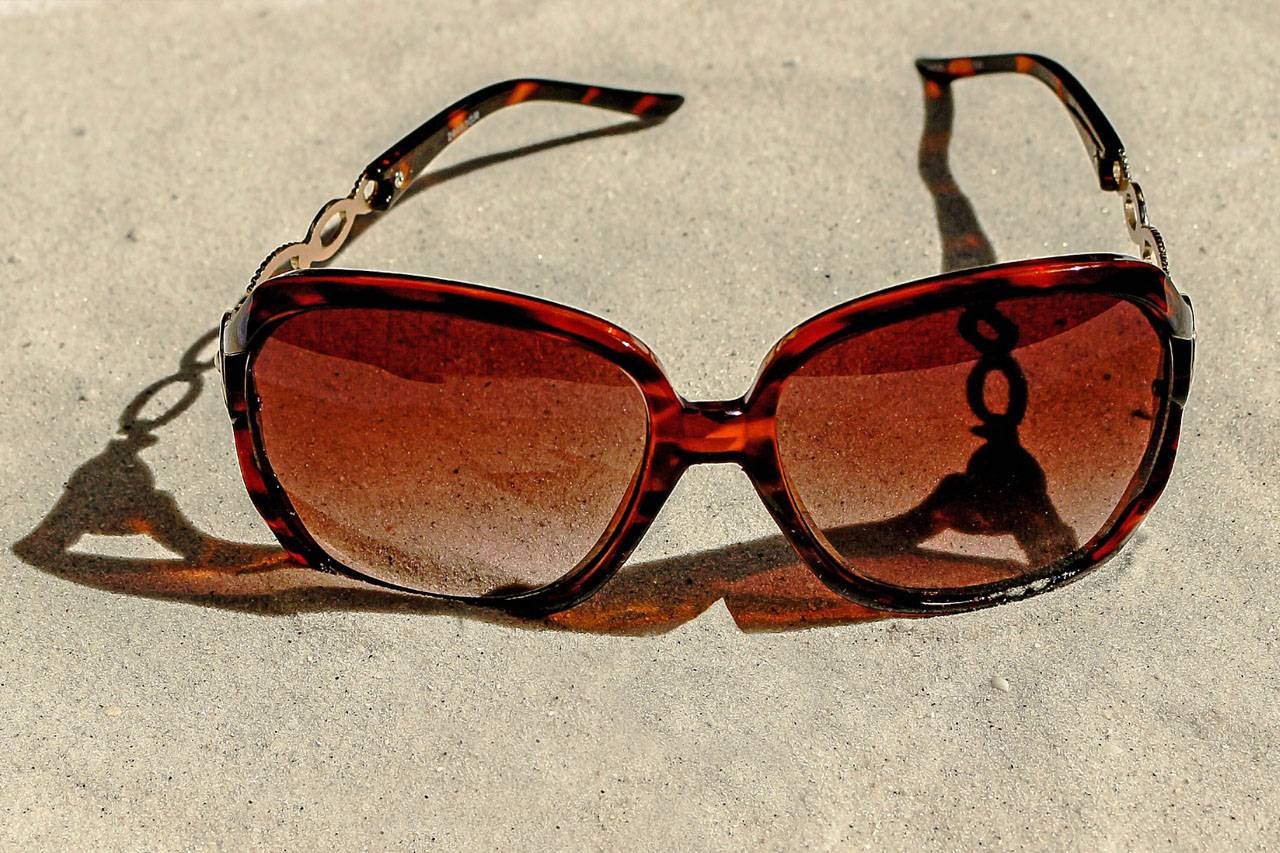 Sunglasses-in-Sand-1280x853