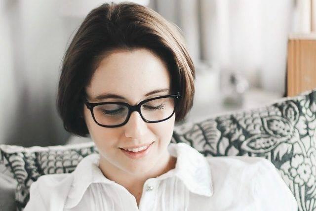 girl glasses reading_1280x853 640x427