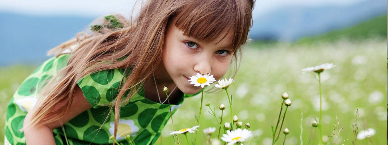 girl_and_flowers-1280x480