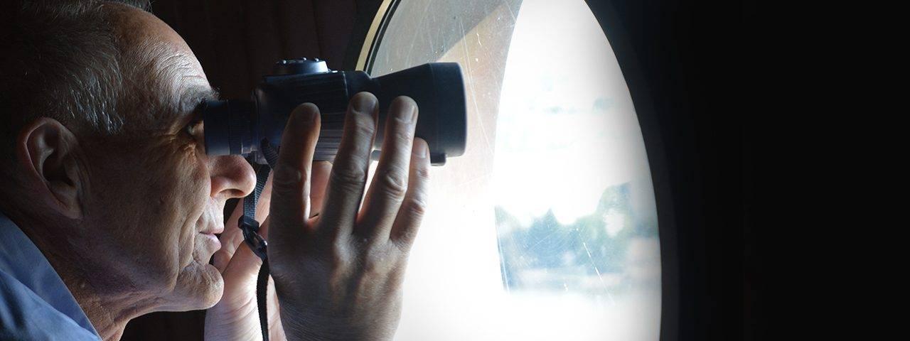 ChildPage BinocularsSeniorMan 2000x480 1280x480